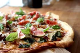 pizza-med-hraskinku-og-ferskum-fikjum